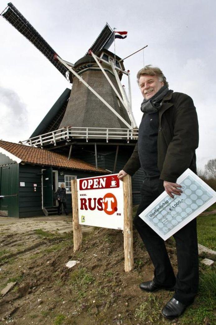 Jan Regelink wil het geld gebruiken om beide ontwerpen, ook dat van zijn zoon, te maken. foto Ronald Hissink
