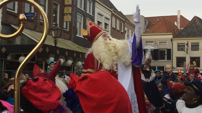 Sinterklaas zwaait naar jong en oud in Zaltbommel. Het publiek kwam van heinde en verre.