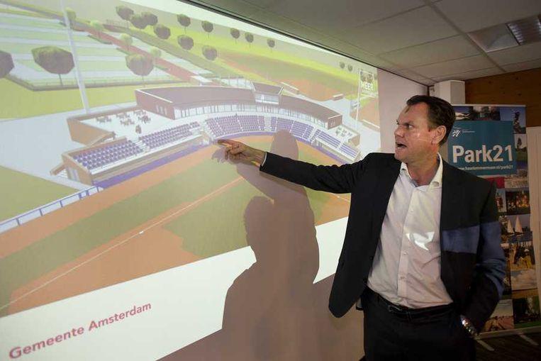 Technisch directeur van de honkbalbond Robert Eenhoorn toont een artist impression van het nieuwe stadion tijdens de presentatie van de BID Major League Baseball. Beeld anp