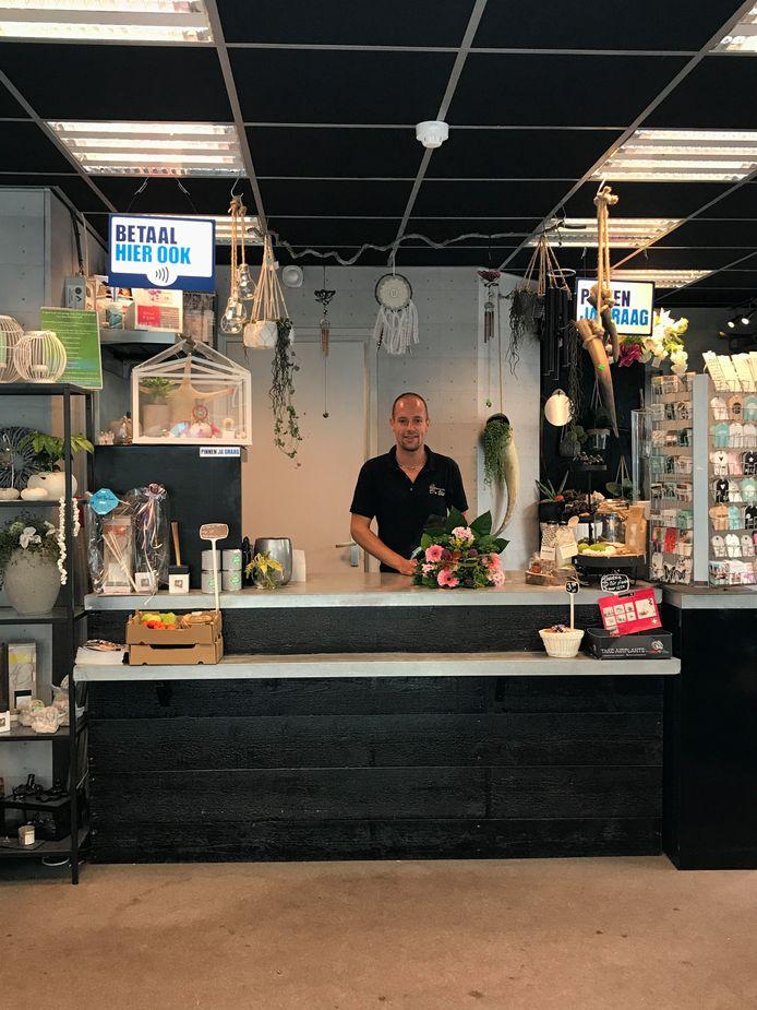 Dennie Luiken verhuist naar België en wil met spoed van zijn bloemenshop in Waalwijk af.