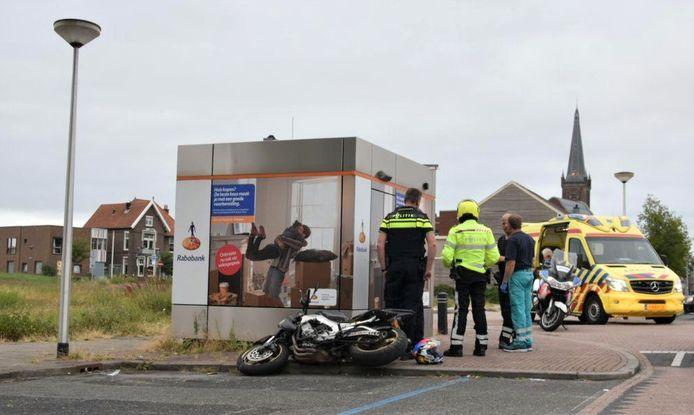 De achtervolging eindigt bij een pinautomaat van de Rabobank, waar de motorrijder onderuit gaat.