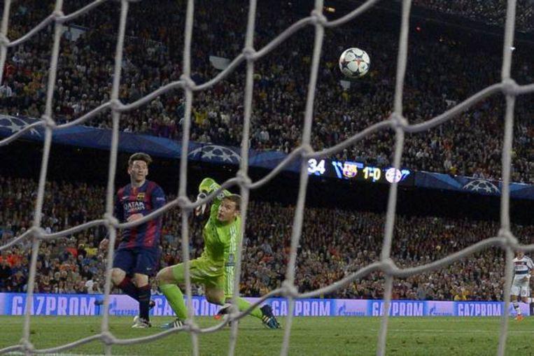 Lionel Messi kijkt toe hoe zijn inzet het doel in zweeft. Beeld AFP
