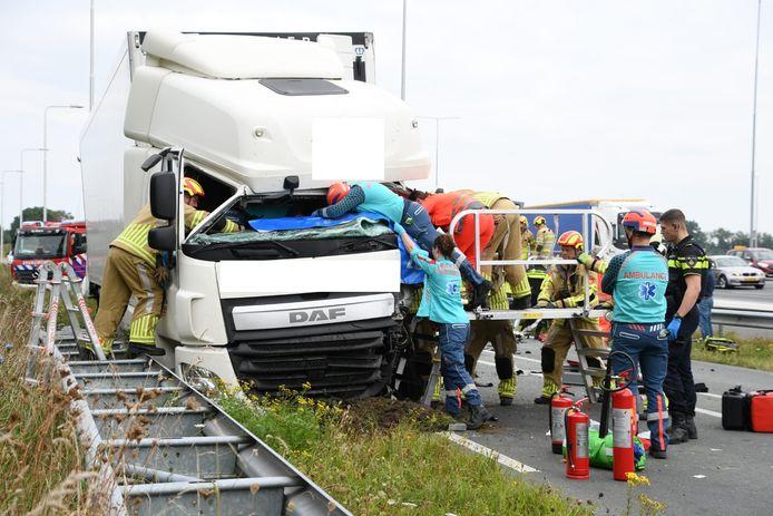 De vrachtwagen die betrokken raakte bij het ongeluk.