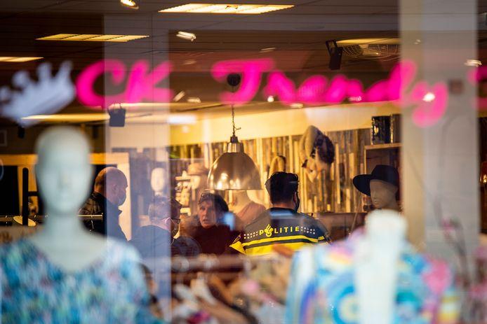 Bert Kersten van kledingwinkel CK Trendy Fashion in Apeldoorn wordt tot de orde geroepen door politieagenten. Hij mag weer louter klanten op afspraak in zijn modezaak toelaten, anders gaat de zaak dicht en komen er nieuwe sloten op.