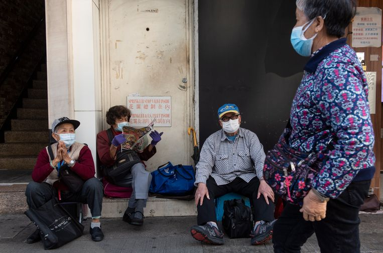 Mensen op straat met gezichtsmaskers in Hongkong.  Beeld EPA