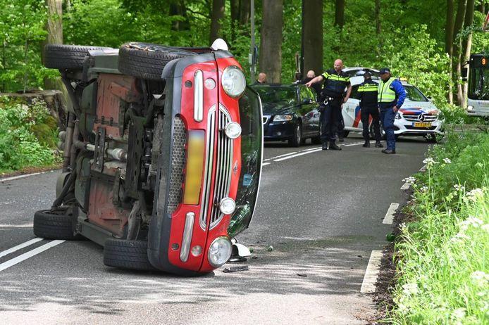De auto belandde op zijn kant