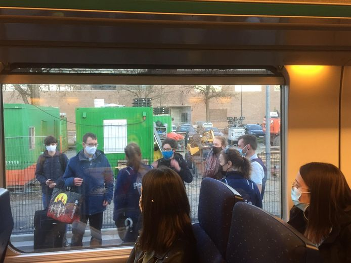 Vele studenten moesten de trein verlaten.