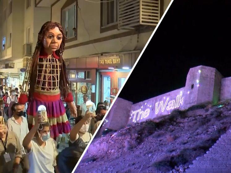 Deze ruim drie meter lange pop trekt door acht landen naar Manchester