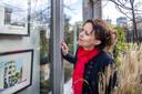 Sara Schlijper bekijkt haar tekeningen die coronaproof te bezichtigen zijn achter de ramen van Parkhuis Lombok.