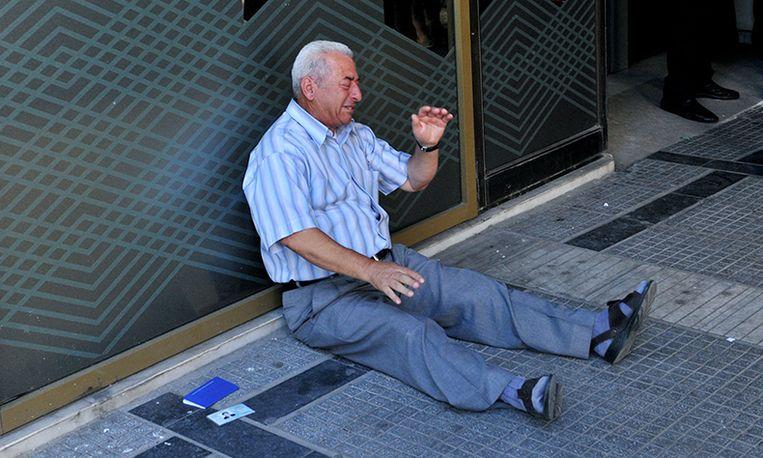 Huilende gepensioneerde Griek krijgt onverwacht hulp