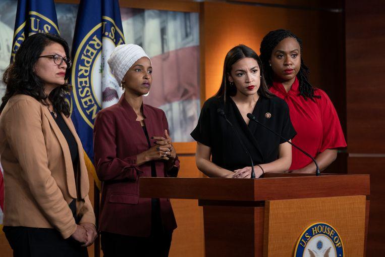De door Trump geviseerde Amerikaanse Congresleden Ayanna Pressley, Ilhan Omar, Rashida Tlaib en Alexandria Ocasio-Cortez houden een nieuwsconferentie. Beeld AP
