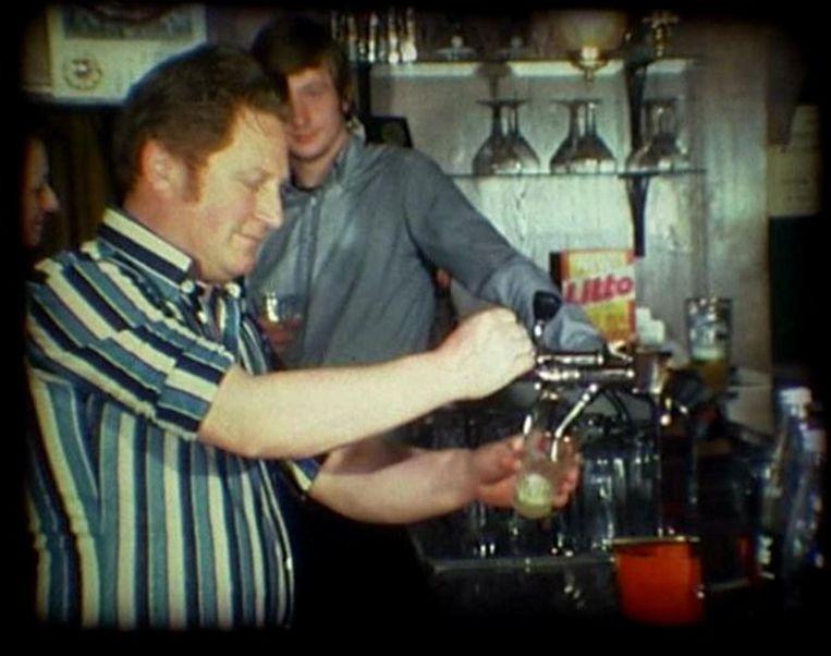 Kar tapt een pintje in 1978.