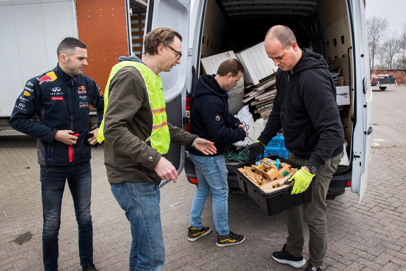 Dennis Happé van Samen Circulair neemt een houten trein met rails over voordat deze in de container verdwijnt. Foto: Arie Kievit.