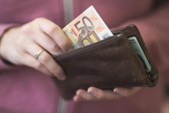 Als de slachtoffers hun portefeuille bovenhaalden, pikte hij het geld er uit.
