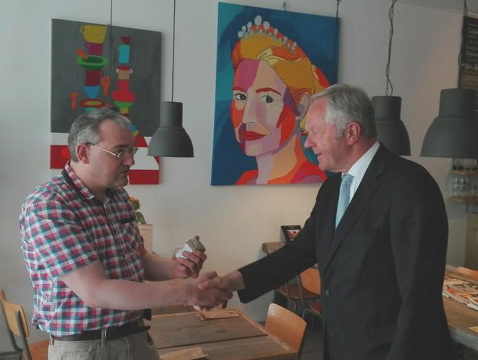 Burgemeester Henk Jan Meijer ontvangt de Lunchwinkel mosterd.