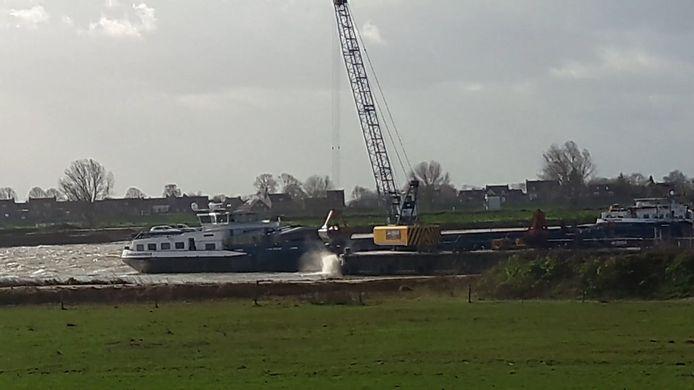 De stort van granulietstort in de plassen van Over de Maas gaat door ondanks toenemend protest.