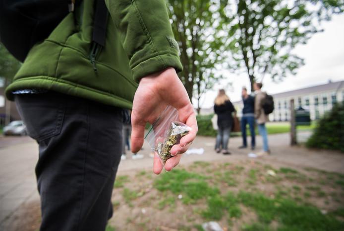 Tilburg gaat jeugdoverlast bestrijden met inzet van meer jeugdboa's. De foto is in scene gezet.