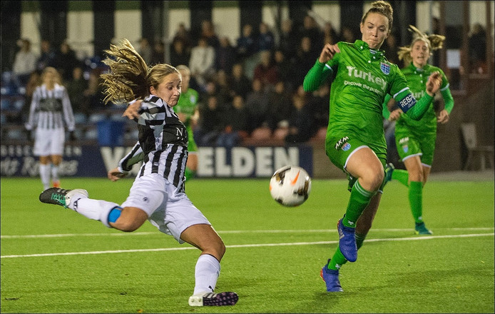 De vrouwen van Achilles '29 in actie tegen PEC Zwolle.