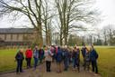 Tijdens een recente informatiebijeenkomst over de komst van het azc werden geïnteresseerden Apeldoorners rondgeleid over het GGnet terrein. Protesten bleven uit.