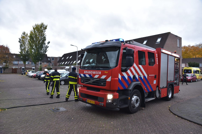 De brandweer bij de woningbrand in Tilburg.