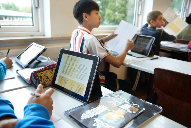Klas 2G van het Erasmiaans Gymnasium gebruikt een iPad tijdens de les Latijn.  Beeld ANP