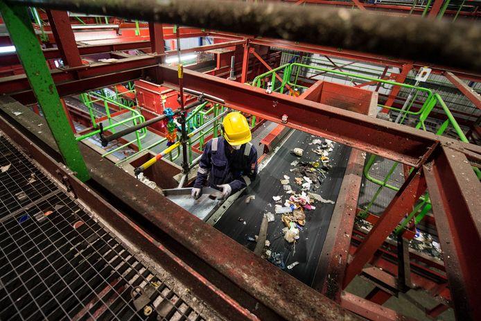 Het door Twentse huishoudens gescheiden pmd-afval gaat naar een installatie van Attero in Wijster, waar het verder gesorteerd wordt.