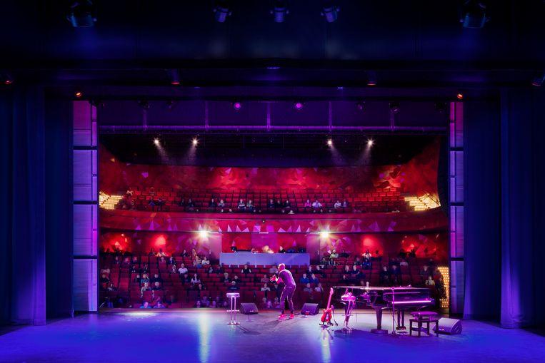 De grote zaal, het toneel kan worden afgesloten en is dan een zaal voor popconcerten. Beeld Scagliola& Brakkee