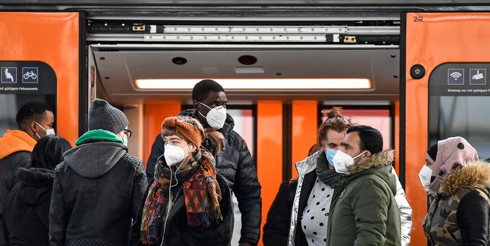 Pendelaars met FFP2-maskers in een treinstation in Duitsburg, Duitsland.