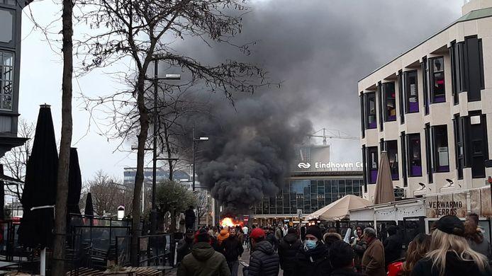De brandende auto gezien vanaf het Stationsplein.