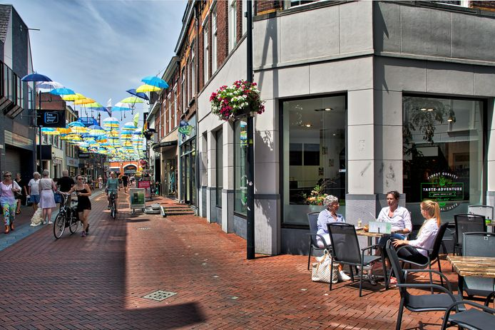Serie over de Oosterhoutse binnenstad, met vandaag de Arendstraat, met rechts op de hoek de nieuwe horecazaak Taste Adventure.