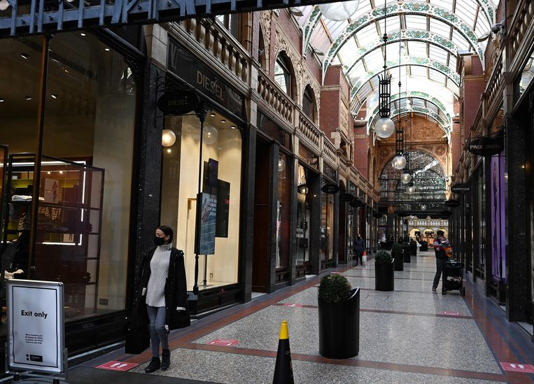 Een bijna verlaten winkelcentrum in Leeds. Vanaf donderdag gaat de boel helemaal op slot. Beeld AFP