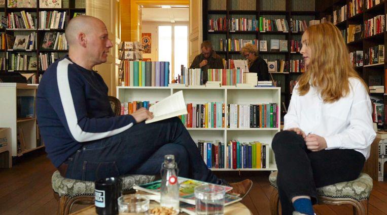 Sven Speybrouck vraagt in 'Achterflap' elke week een enthousiaste lezer naar zijn of haar favoriete boeken. Beeld RV (c) VRT