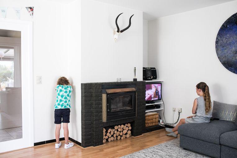 Magnus (6) toont hoe hij soms in de hoek moet staan en geen tv kan kijken. 'Ik vind straf wel erg, ik mis dan al die leuke dingen.'  Beeld BAS BOGAERTS