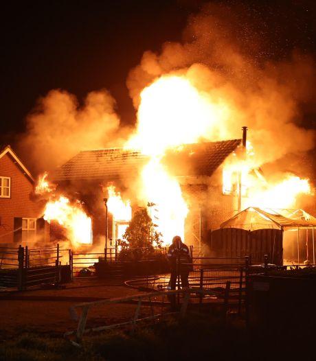 Twee gewonden, van wie één ernstig, bij grote woningbrand Hedel; mogelijk brandstichting