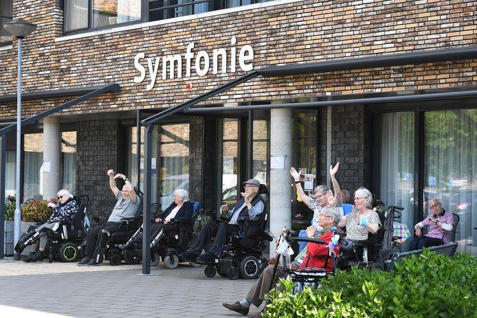 Ook op de begane grond bewegen ouderen vrolijk mee op muziek.