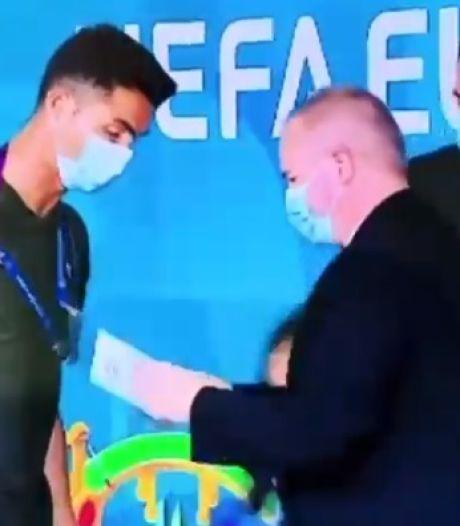 Cristiano Ronaldo stoppé brièvement par un agent de sécurité
