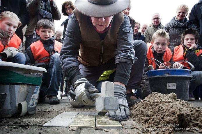 De Duitse kunstenaar Gunter Demnig legt gedenkstenen (Stolpersteine) ter nagedachtenis aan omgekomen Joden in Holten