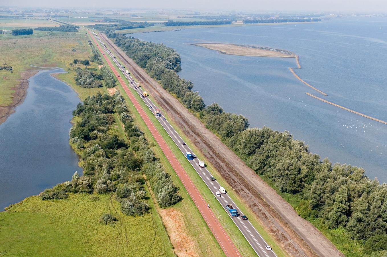 De twee rijbanen tussen het Hellegatsplein en Ooltgensplaat van elkaar gescheiden, zodat inhalen onmogelijk wordt.
