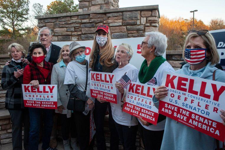 Republikeinse stemmers met kandidaat Kelly Loeffler (met rode pet). Beeld Stephen Ferry