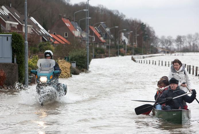In 2011 stond het water echt hoog bij de Veerweg. Bewoners werden per bootje naar de droge wal gebracht.