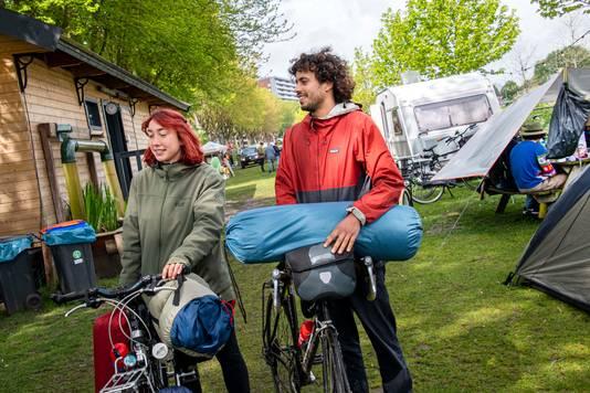 Zehra Eekhout en Hendrik Snijder verlaten de stadscamping na een paar mooie dagen rond Hemelvaart.