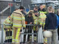 Jongen muurvast in voetbaldoel op schoolplein Steenwijk, brandweer moet hem bevrijden