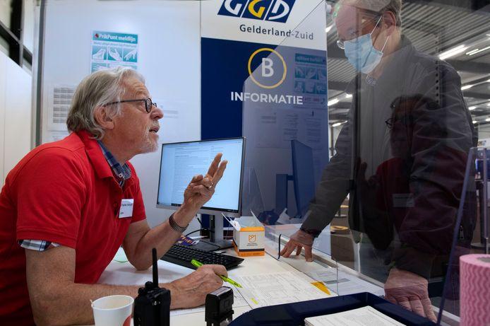 Oud-huisarts Charles Verhoeff aan het werk op vacinatiecentrum in Tiel