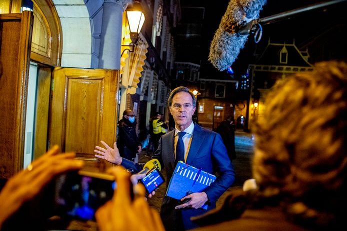 Premier Mark Rutte komt aan voor het extra ministerraad.