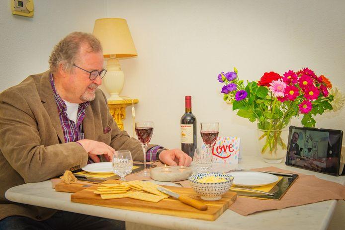 De 69-jarige Cees van der Harst stond al vóór de coronacrisis ingeschreven bij het relatiebureau. Nu doet hij voor het eerst aan videobellen en daten via internet en daar vond hij zijn nieuwe liefde.