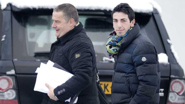 Isaac Cuenca (rechts) en spelersbegeleider Herman Pinkster arriveren op de Toekomst. Beeld anp