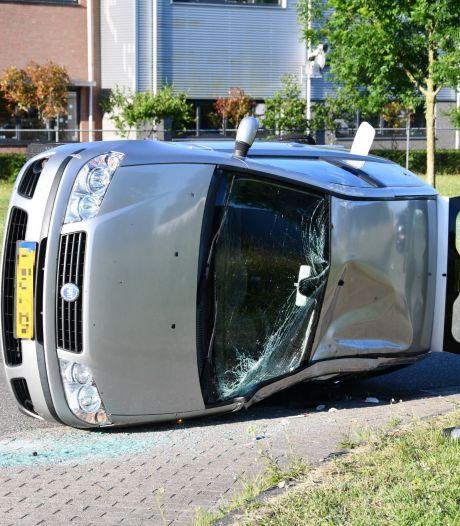 Auto na aanrijding op zijn kant in Lelystad, bestuurster gewond