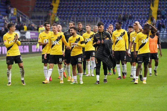NAC-spelers bedanken de supporters na de 2-1-zege op Jong PSV.