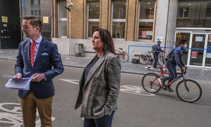 Wouter Vermeersch en Carmen Ryheul van Vlaams Belang Kortrijk hebben vanmorgen 89 bezwaarschriften tegen de komst van de moskee afgegeven op het stadhuis