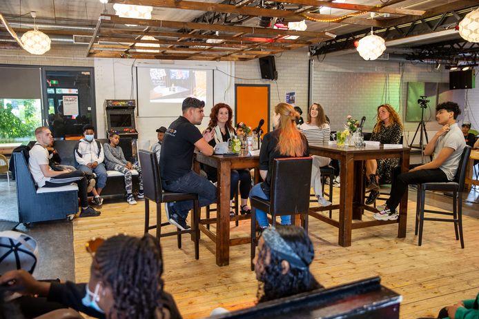 Wethouder Renate Richters bezoekt jongerencentrum Pitstop en gaat met jongeren in gesprek over de coronatijd.